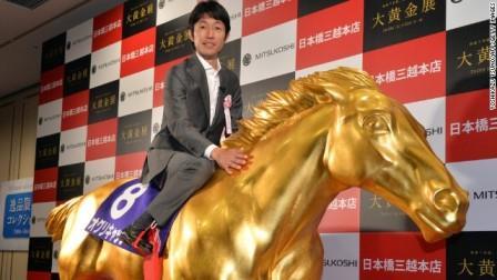 Ютака Таке ведущий японский жокей позирует фотографам