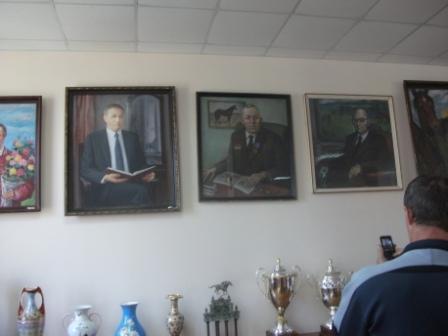 Портреты на стене