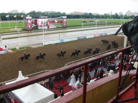 выступление конной группы в перерыве между скачками